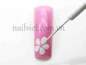Sơn nền màu hồng cánh sen và sau đó vẽ hoa đào bằng sơn trắng