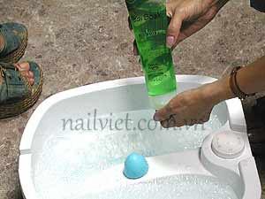 Hướng dẫn massage chân trước khi tiến hành vẽ móng nghệ thuật (Bước 1)