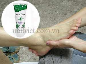 Hướng dẫn massage chân trước khi tiến hành vẽ móng nghệ thuật (Bước 4)
