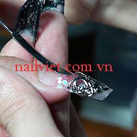 Đặt họa tiết trang trí lên móng để tạo điểm nhấn cho móng