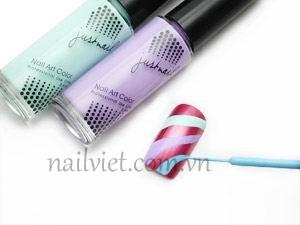 Dùng sơn màu xanh nhạt và tím nhạt để vẽ những đường cong trên móng