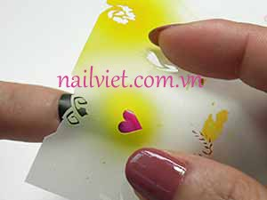 Đặt khuôn lên móng để phun tạo hình giống như trong bài học vẽ móng Nail Art