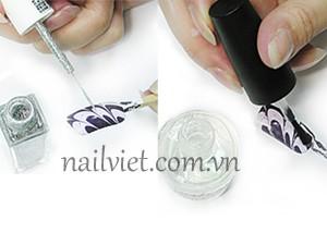 Kết thúc bài thực hành học vẽ móng tổng hợp, chúng ta đừng quên phủ một lớp sơn bóng lên móng nhé!