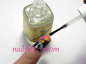 Cuối cùng, đừng quên sơn một lớp sơn bóng lên móng tay các bạn nhé