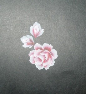 Vẽ thêm hai bông hoa nhỏ với số lượng nét ít hơn bông hoa chính