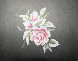 Tiếp tục trang trí cho bông hoa bằng những chiếc lá