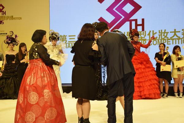 Hình ảnh Ms. Winnie Nguyễn làm giám khảo của cuộc thi sắc đẹp toàn châu Á