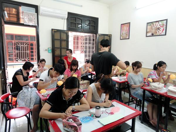 Hình ảnh buổi phóng vấn lớp học vẽ móng nghệ thuật NailViet - Winnie Academy được thực hiện bởi đài HTV9 (ảnh 1)