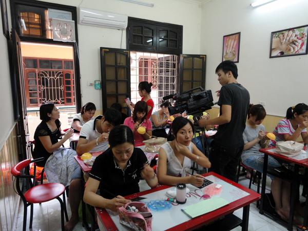 Hình ảnh buổi phóng vấn lớp học vẽ móng nghệ thuật NailViet - Winnie Academy được thực hiện bởi đài HTV9 (ảnh 2)