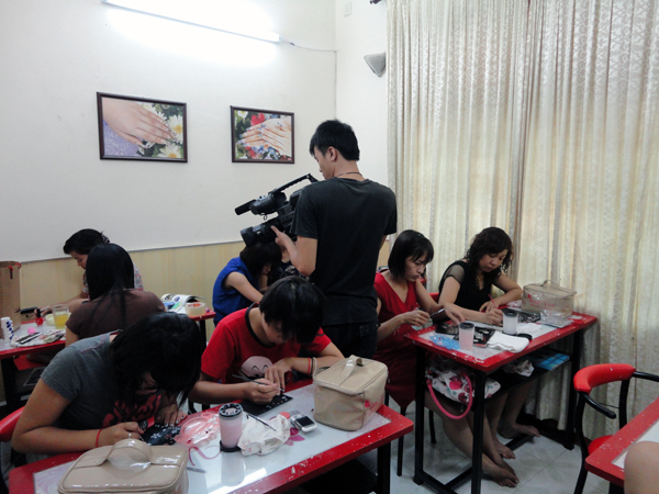 Hình ảnh buổi phóng vấn lớp học vẽ móng nghệ thuật NailViet - Winnie Academy được thực hiện bởi đài HTV9 (ảnh 3)