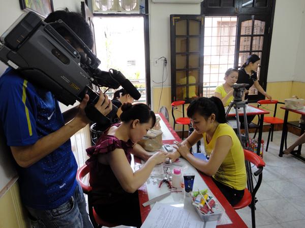 Hình ảnh buổi phóng vấn lớp học vẽ móng nghệ thuật NailViet - Winnie Academy được thực hiện bởi đài HTV9 (ảnh 4)