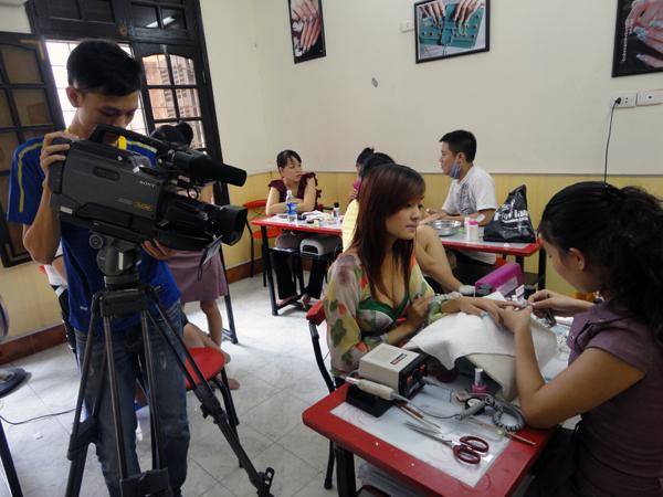 Hình ảnh buổi phóng vấn lớp học vẽ móng nghệ thuật NailViet - Winnie Academy được thực hiện bởi đài HTV9 (ảnh 5)