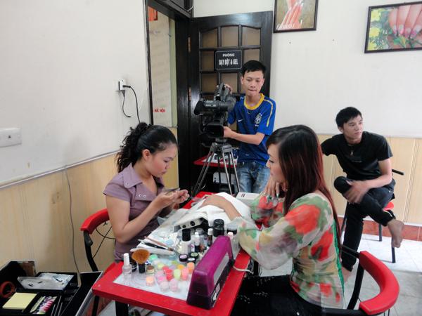 Hình ảnh buổi phóng vấn lớp học vẽ móng nghệ thuật NailViet - Winnie Academy được thực hiện bởi đài HTV9 (ảnh 6)