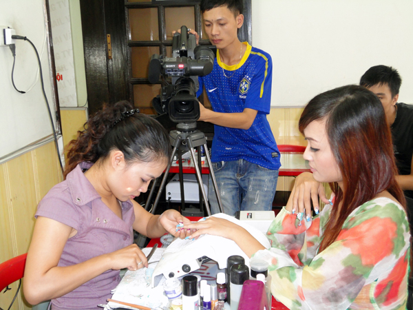 Hình ảnh buổi phóng vấn lớp học vẽ móng nghệ thuật NailViet - Winnie Academy được thực hiện bởi đài HTV9 (ảnh 7)