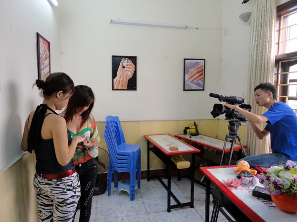 Hình ảnh buổi phóng vấn lớp học vẽ móng nghệ thuật NailViet - Winnie Academy được thực hiện bởi đài HTV9 (ảnh 9)