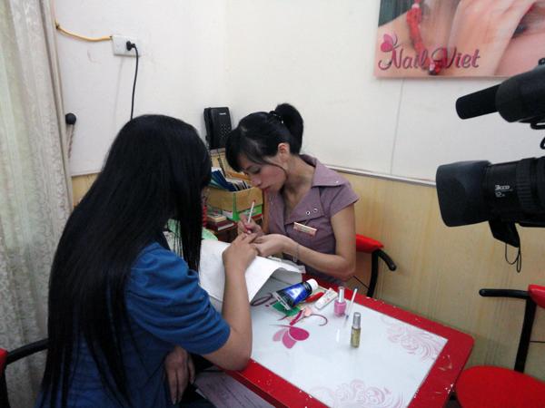 Hình ảnh buổi phóng vấn lớp học vẽ móng nghệ thuật NailViet - Winnie Academy được thực hiện bởi đài HTV9 (ảnh 8)