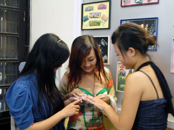 Hình ảnh buổi phóng vấn lớp học vẽ móng nghệ thuật NailViet - Winnie Academy được thực hiện bởi đài HTV9 (ảnh 11)