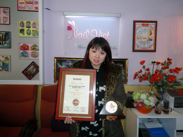 Hiệu trưởng Winnie Nguyễn vinh dự nhận danh hiệu Thương hiệu Vàng cho thương hiệu NailViet (Tiền thân của Winnie Academy)