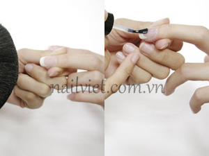 Phủi bụi trên móng và sơn một lớp sơn bóng lên móng