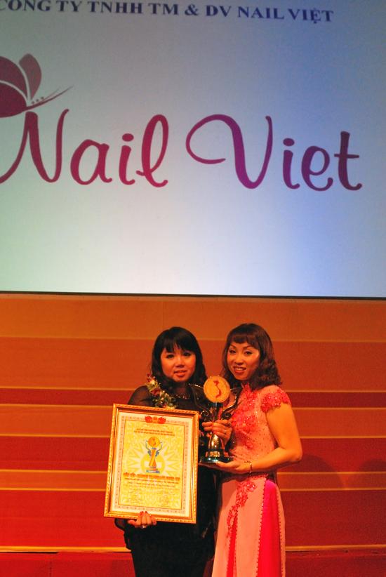 Ms. Winnie Nguyễn đại diện cho Trung tâm đào tạo làm đẹp Quốc tế Winnie Academy (Tiền thân là NailViet) nhận Siêu cúp thương hiệu