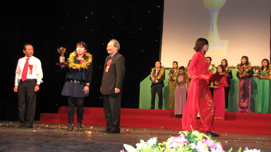 Ms. Winnie Nguyễn đại diện cho Trung tâm đào tạo làm đẹp Quốc tế Winnie Academy nhận cúp Bông hồng vàng