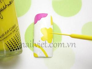 Vẽ một bông hoa và một số họa tiết bằng sơn vào