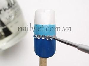 Đính một hàng đá ở giữa 2 màu xanh trên móng bằng kỹ thuật học đắp móng gel