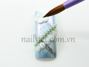 Vẽ một bông hoa cục trắng trên góc trái của móng