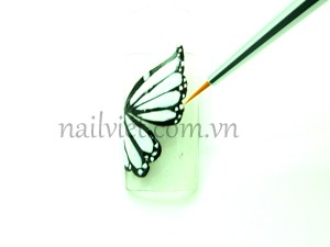 Tiếp tục dùng sơn trắng vẽ cho hết cánh bướm