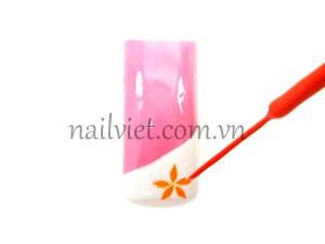 Vẽ hoa lên phần móng màu trắng