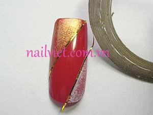 Gắn 2 sợi kim tuyến dọc theo đường sơn màu đỏ ở giữa móng