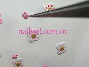 Dùng hoa trang trí để tạo điểm nhấn cho móng