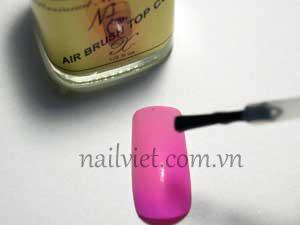Sơn một lớp sơn bóng để móng được bền màu