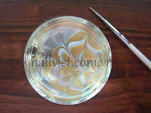 Sử dụng kỹ thuật sơn thủy trong bài học vẽ móng Nail Art để tạo họa tiết màu nâu và trắng