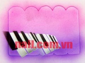 Lặp lại bước 2 những dùng sơn đen để hoàn thiện hình đàn piano