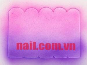 Dùng sơn hồng và tím phun nền cho bộ móng