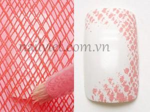 Đặt một tấm lưới lên móng sau đó dùng cọ loang chấm màu lên móng