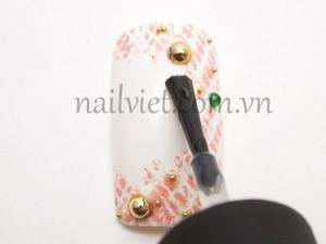 Đính thêm một hạt đá xanh làm điểm nhấn cho bài vẽ móng nghệ thuật và phủ một lớp sơn bóng lên móng