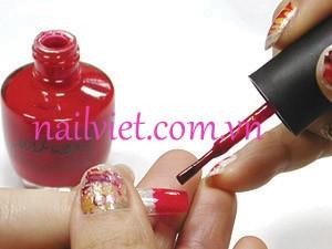 Dùng sơn màu đỏ mận để phù phần đầu móng