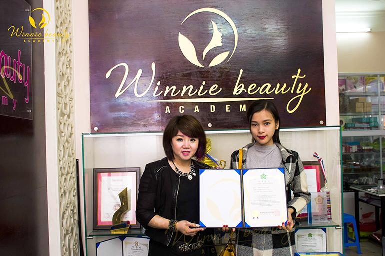 Hiệu trưởng Winnie trao bằng Quốc tế cho học viên