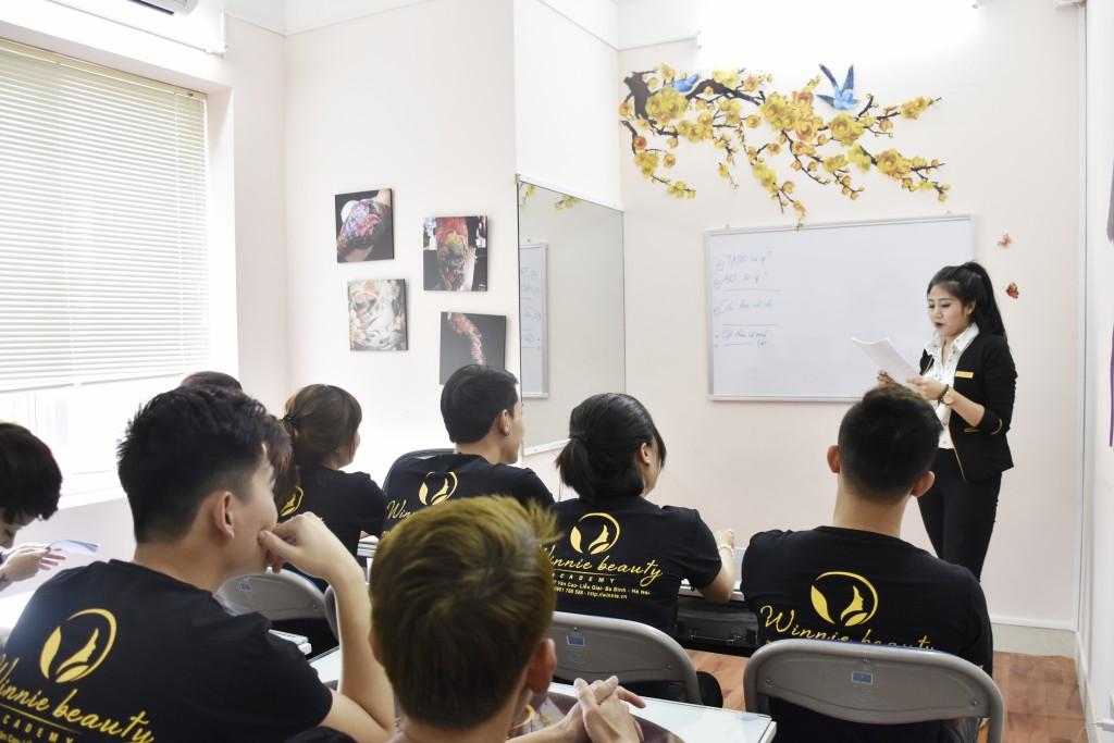 Lớp học Tattoo do chuyên gia Hương Tươi trực tiếp giảng dạy