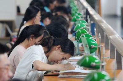 """Tư tưởng """"Đại học là con đường duy nhất dẫn tới thành công"""" tạo ra nhiều áp lực đè nặng lên vai rất nhiều bạn trẻ."""