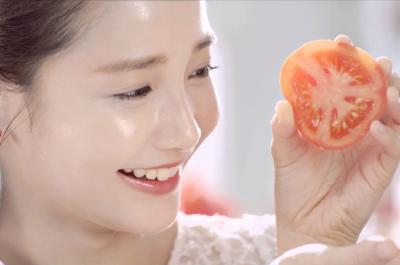 Cà chua chín đỏ mọng nước không chỉ đẹp mắt, ngon miệng mà còn có lượng vitamin phong phú: Vitamin A, C, B1, B2