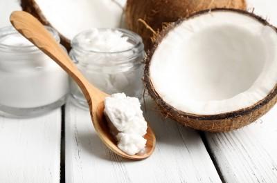 Không chỉ là một sản phẩm hữu ích dùng để massage làm mềm mịn da, tăng lưu thông máu trên bề mặt mà dầu dừa còn giúp giữ cho vùng da tay, chân hết khô nẻ, thô ráp trong mùa lạnh