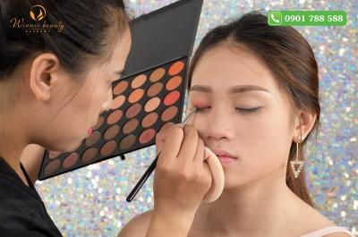 Sử dụng các dụng cụ trang điểm thay vì dùng tay trực tiếp trong quá trình Makeup