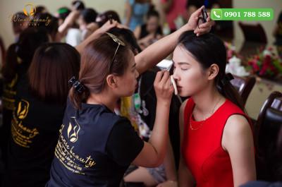 Thần thái chuyên nghiệp không thua kém bất cứ chuyên gia makeup nào