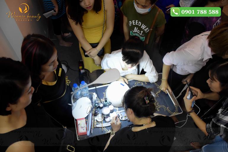 Không chỉ khán giả tham dự, các giảng viên Nail của Winnie cũng chăm chú theo dõi phần trình diễn của hiệu trưởng Winnie Nguyễn