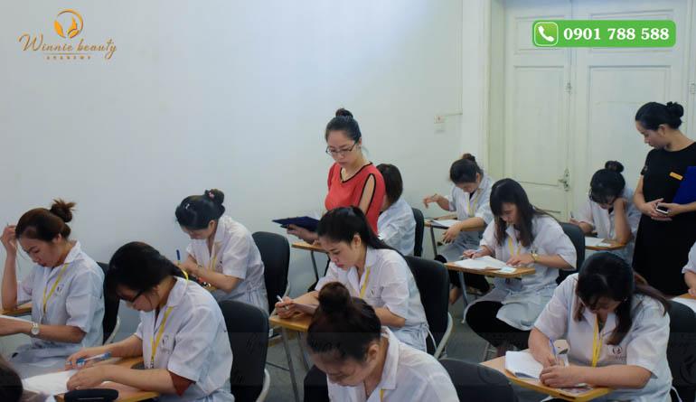 Các giảng viên theo sát học viên trong quá trình làm bài