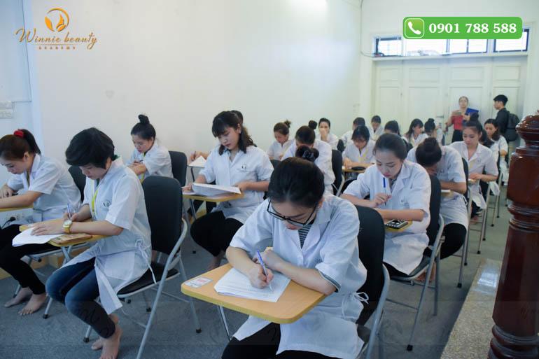 Học viên tập trung cao độ cho bài thi lý thuyết