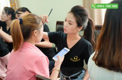 Thần thái chuyên nghiệp không thua bất kì chuyên gia makeup nào!